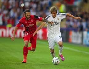 CARDIFF, WALES - Tuesday, August 12, 2014: Real Madrid's Fabio Coentrao in action against Sevilla's Aleix Vidal Parreu during the UEFA Super Cup at the Cardiff City Stadium. (Pic by David Rawcliffe/Propaganda)