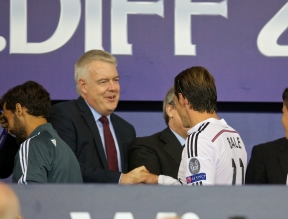 CARDIFF, WALES - Tuesday, August 12, 2014: First Minister of Wales Carwyn Jones congratulates Real Madrid's Gareth Bale after the UEFA Super Cup at the Cardiff City Stadium. (Pic by David Rawcliffe/Propaganda)