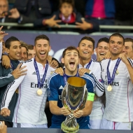 CARDIFF, WALES - Tuesday, August 12, 2014: Real Madrid's goalkeeper Iker Casillas lifts the trophy after his side's 2-0 victory over Sevilla during the UEFA Super Cup at the Cardiff City Stadium. (Pic by David Rawcliffe/Propaganda)